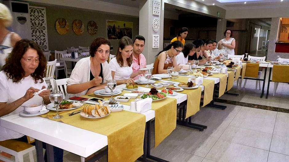 Kabare Saçıbeyaz Restaurant'ta Çağdaş Drama Derneği Antalya Temsilciliği iftar yemeği (1)