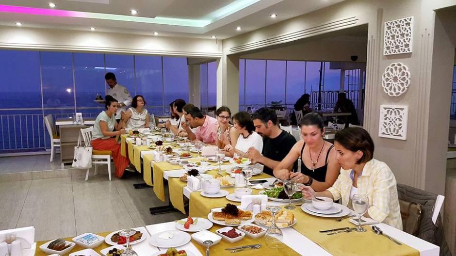 Kabare Saçıbeyaz Restaurant'ta Çağdaş Drama Derneği Antalya Temsilciliği iftar yemeği (13)