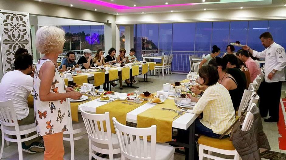 Kabare Saçıbeyaz Restaurant'ta Çağdaş Drama Derneği Antalya Temsilciliği iftar yemeği (16)