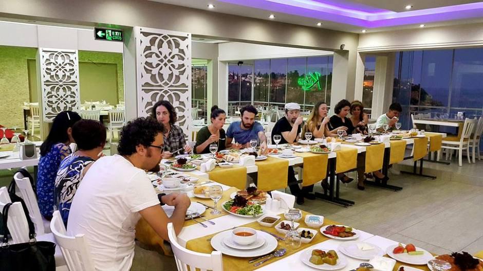 Kabare Saçıbeyaz Restaurant'ta Çağdaş Drama Derneği Antalya Temsilciliği iftar yemeği (3)