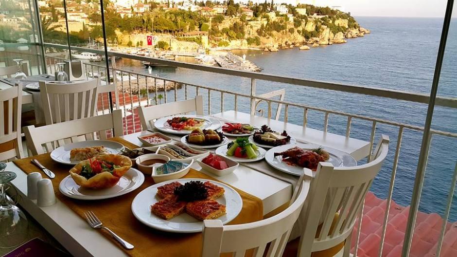 Kabare Saçıbeyaz Restaurant'ta Çağdaş Drama Derneği Antalya Temsilciliği iftar yemeği (6)