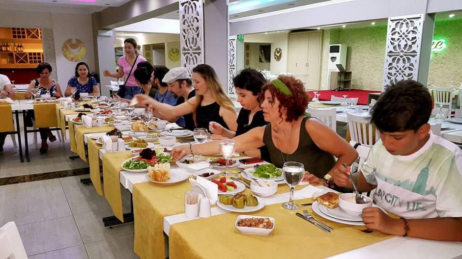 Kabare Saçıbeyaz Restaurant'ta Çağdaş Drama Derneği Antalya Temsilciliği iftar yemeği (9)